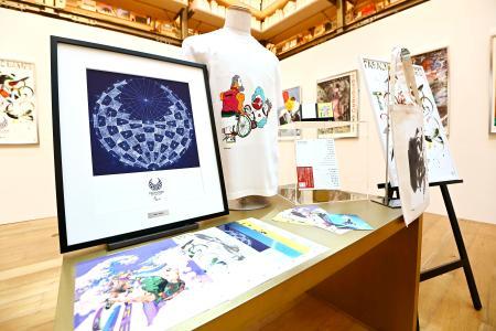 東京パラリンピックの「公式アートポスター」がデザインされた商品=24日、東京・銀座