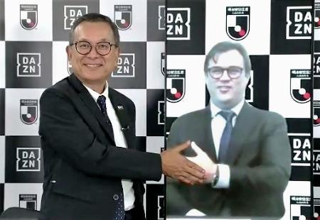 オンラインの合同記者会見で写真に納まるJリーグの村井満チェアマン(左)と、DAZNのジェームズ・ラシュトンCEO=25日
