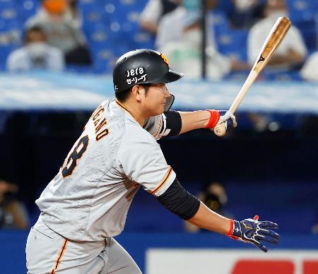 7回巨人2死満塁、菅野が左中間に走者一掃の二塁打を放つ=神宮