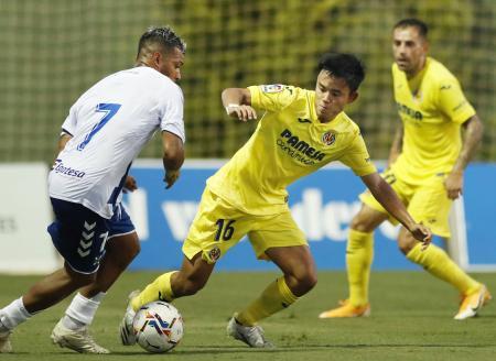 テネリフェとの親善試合でプレーするビリャレアルの久保建(右)=サンペドロデルピナタル(共同)