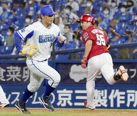 6回、広島・松山(右)に勝ち越し打を許したDeNA・浜口=横浜