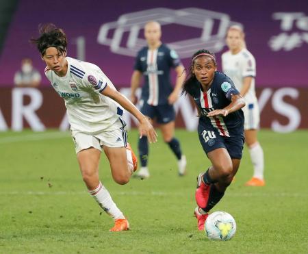 サッカー欧州女子CL準決勝 パリSG戦で競り合うリヨンの熊谷(左)=ビルバオ(AP=共同)