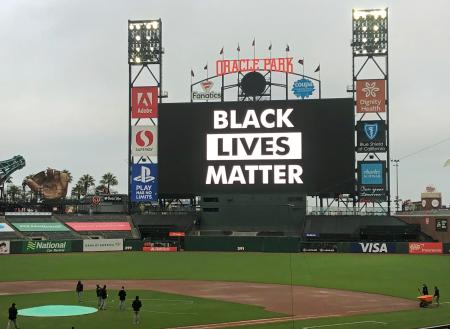 ジャイアンツ―ドジャース戦が延期された後、「ブラック・ライブズ・マター(黒人の命も大事だ)」の文字が映し出されたスコアボード=26日、米サンフランシスコの野球場オラクルパーク(AP=共同)