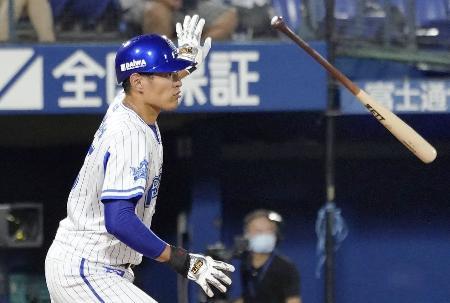 4回DeNA1死一、二塁、井納が右中間に逆転の2点二塁打を放つ=横浜