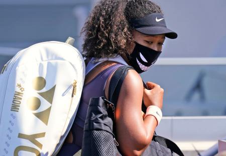 テニスのウエスタン・アンド・サザン・オープンの女子シングルス準々決勝で勝利し引き揚げる大坂なおみ選手。棄権を撤回し、準決勝に出場する=26日、ニューヨーク(AP=共同)