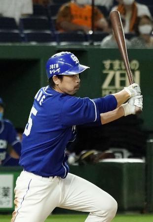 7回中日1死一、二塁、阿部が右中間に勝ち越しの2点二塁打を放つ=東京ドーム