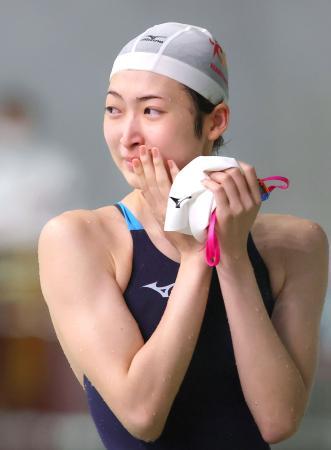 1年7カ月ぶりのレースとなる東京都特別水泳大会の女子50メートル自由形を終え、感極まった表情を見せる池江璃花子=29日、東京辰巳国際水泳場(代表撮影)