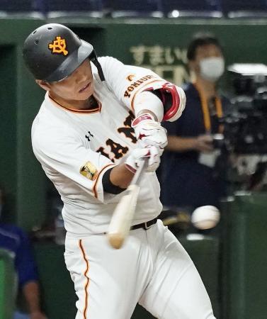 2回巨人1死満塁、坂本が中前に勝ち越し2点打を放つ=東京ドーム