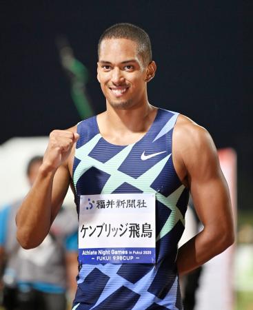 男子100メートルで優勝し、笑顔でポーズをとるケンブリッジ飛鳥=福井県営陸上競技場