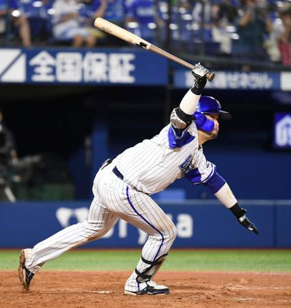 5回DeNA2死二、三塁、戸柱が右翼線に2点二塁打を放つ=横浜