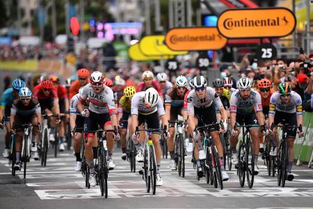 ツール・ド・フランスの第1ステージで力走する選手たち=29日、フランス・ニース(ゲッティ=共同)