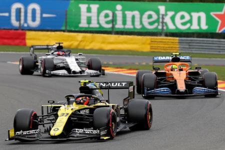 予選に出場し、競い合う各チームの自動車=29日、ベルギー・フランコルシャン(AP=共同)