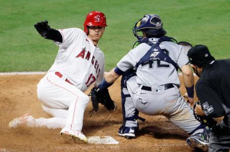 マリナーズ戦の6回、四球で出塁後、後続の適時打で生還するエンゼルス・大谷=アナハイム(AP=共同)