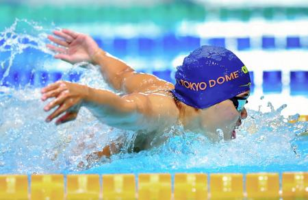 女子200メートルバタフライ 2分5秒62で1位の長谷川涼香=東京辰巳国際水泳場(代表撮影)
