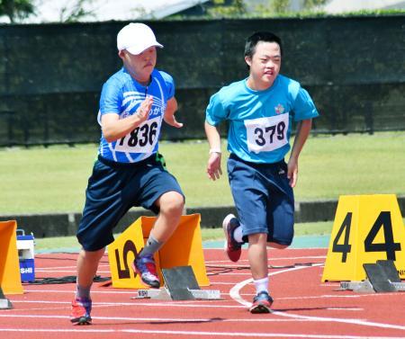 「ダウン症の部」男子100メートルの出場者=30日午後、宮崎市