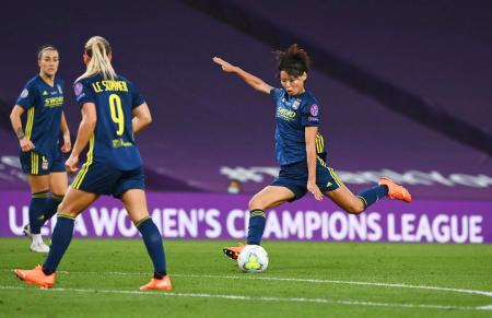 女子の欧州CL決勝でゴールを決めるリヨンの熊谷(右)=サンセバスチャン(ロイター=共同)