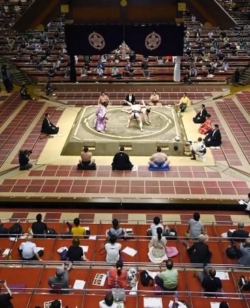 4人用の升席に1人ずつ座るなど、新型コロナウイルス感染症対策を講じて実施された大相撲7月場所=7月、東京・両国国技館