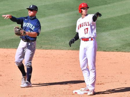 マリナーズ戦の9回、シモンズの安打で二進したエンゼルス・大谷(右)=アナハイム(共同)