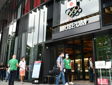 聖火の一般公開が始まった「日本オリンピックミュージアム」に入る人たち=1日午前、東京都新宿区