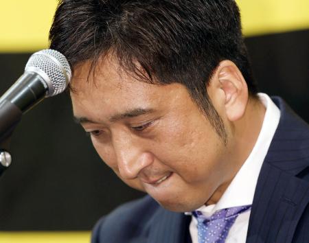 記者会見で涙をこらえる阪神の藤川球児投手=1日午後、兵庫県西宮市