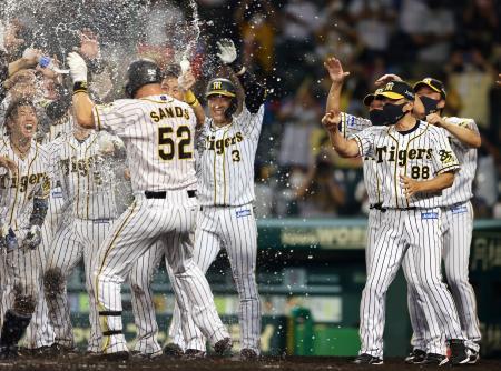 サヨナラ本塁打のサンズ(52)を笑顔で迎える阪神・矢野監督(右手前)ら=甲子園
