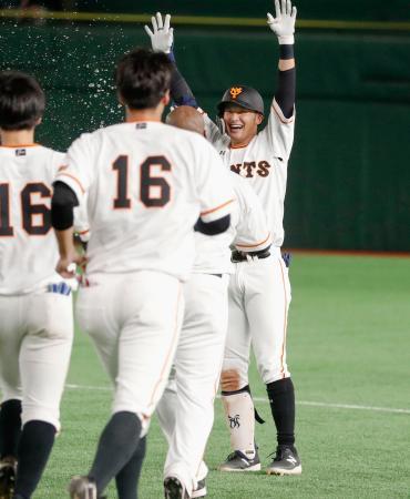 9回、サヨナラ打を放ち、ナインから祝福される巨人・吉川尚=東京ドーム