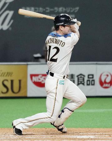 7回日本ハム1死一、三塁、松本が左前に勝ち越し打を放つ=札幌ドーム