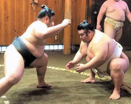 立ち合いの確認をする貴景勝(右)=3日、東京都台東区の千賀ノ浦部屋(日本相撲協会提供)
