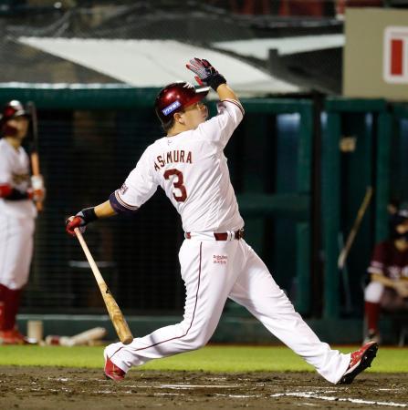 6回楽天無死、浅村が中越えに通算200本塁打となる勝ち越しソロを放つ=楽天生命パーク