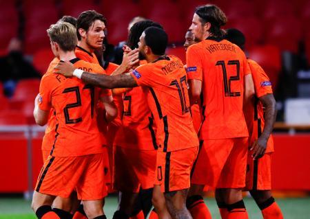 ポーランド戦で、ゴールを決め喜ぶオランダの選手たち=4日、アムステルダム(AP=共同)