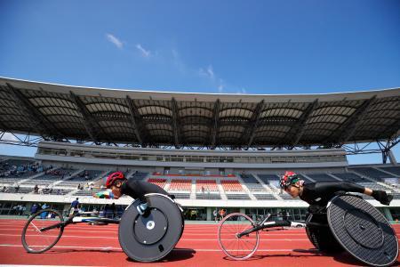 開幕した日本パラ陸上選手権の男子5000メートル(車いすT54)で力走する樋口政幸(左)=5日午前、埼玉県の熊谷スポーツ文化公園陸上競技場