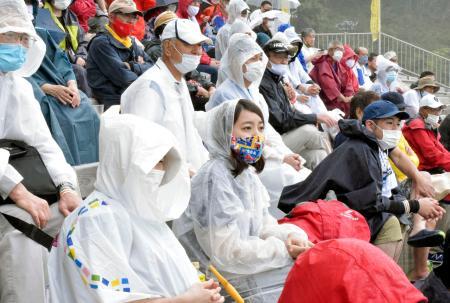 釜石鵜住居復興スタジアムで行われたラグビーの交流試合を応援に訪れた人たち=5日、岩手県釜石市