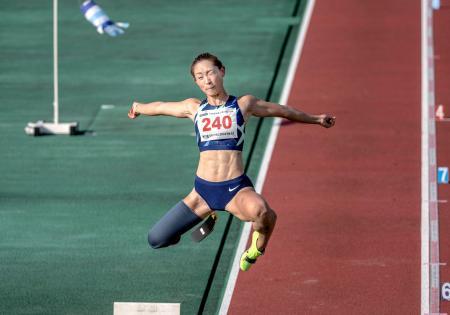 女子走り幅跳び(義足・機能障害T64) 4回目に自身の日本記録を更新する5メートル70をマークし、優勝した中西麻耶=熊谷スポーツ文化公園陸上競技場