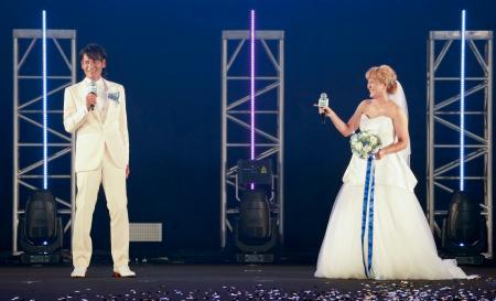 東京ガールズコレクションに登場し、結婚を発表したサッカー元女子日本代表の丸山桂里奈さん(右)と元男子日本代表の本並健治さん=5日、さいたま市のさいたまスーパーアリーナ((C)マイナビ TGC 2020 A/W ONLINE)