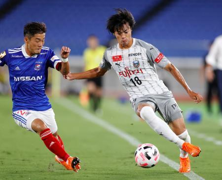 横浜M―川崎 前半、攻め込む川崎・三笘。左は横浜M・小池=日産スタジアム