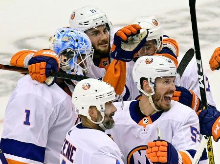 NHLのプレーオフで、フライヤーズに4―0で快勝し、決勝進出を決め、喜ぶアイランダーズの選手たち(カナディアンプレス・AP=共同)