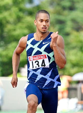 男子100メートルで力走するケンブリッジ飛鳥。10秒13をマークした=富士北麓公園陸上競技場