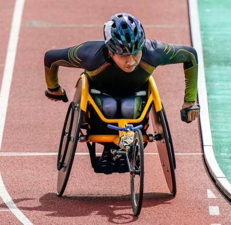 男子1500メートル(車いすT52) 力走する佐藤友祈=熊谷スポーツ文化公園陸上競技場