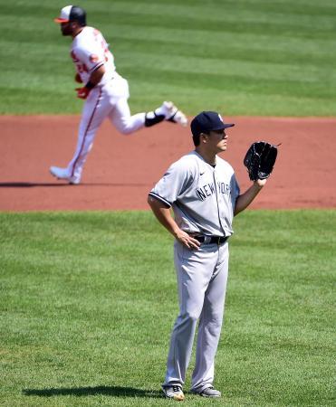 オリオールズ戦の一回、本塁打を許したヤンキースの田中将大(右)=6日、ボルチモア(USA TODAY・ロイター=共同)