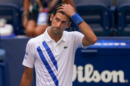 全米テニス4回戦、打ったボールが線審に当たり、頭を抱えるノバク・ジョコビッチ=6日、ニューヨーク(AP=共同)