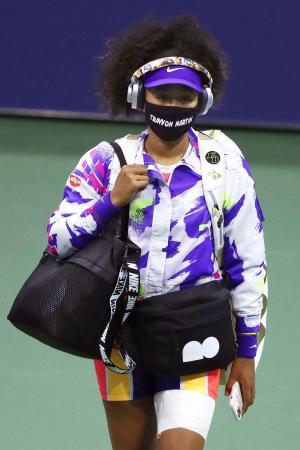 全米オープンの女子シングルス4回戦で、トレイボン・マーティンさんの名前入りマスクで登場した大坂なおみ=6日、ニューヨーク(ゲッティ=共同)