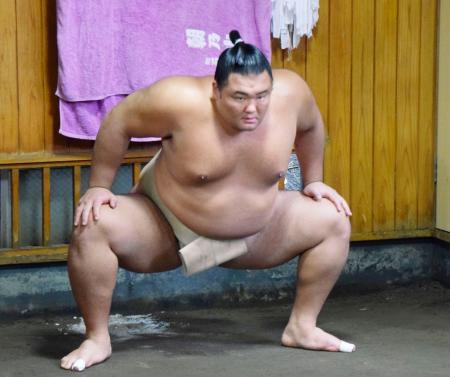 稽古する朝乃山=東京都墨田区の高砂部屋(日本相撲協会提供)