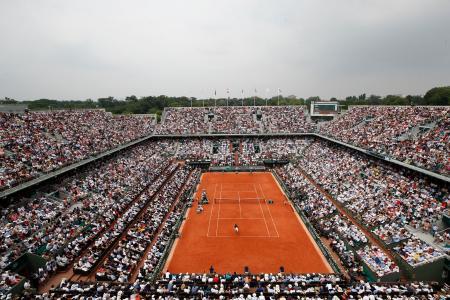 全仏テニス会場、ローランギャロスのセンターコート=2018年、パリ(AP=共同)