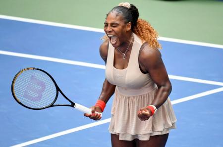女子シングルス4回戦でマリア・サカリを下して喜ぶセリーナ・ウィリアムズ=ニューヨーク(USA TODAY・ロイター=共同)
