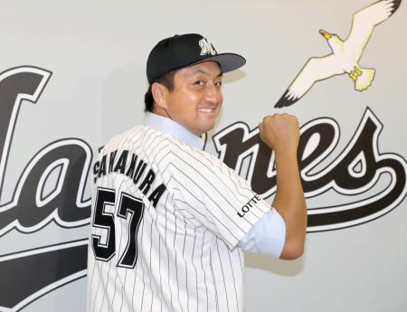 背番号「57」のユニホーム姿でポーズをとるロッテの沢村拓一投手=8日、千葉市のZOZOマリンスタジアム(代表撮影)