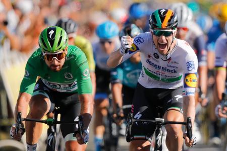 ツール・ド・フランス第10ステージを制し、腕を突き上げるサム・ベネット(右)=8日、レ島(AP=共同)