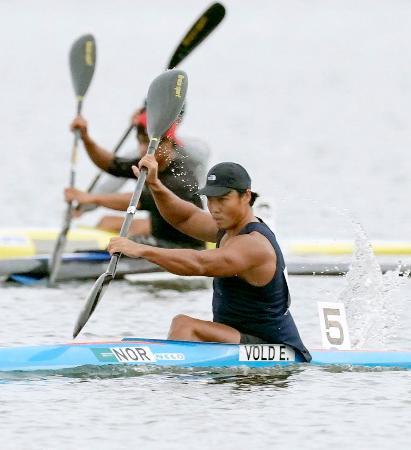 男子カヤックシングル1000メートル 予選を通過した水本圭治(手前)=小松市木場潟カヌー競技場