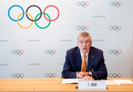 国際オリンピック委員会の理事会後、記者会見するバッハ会長=9日、ローザンヌ(IOC提供・共同)