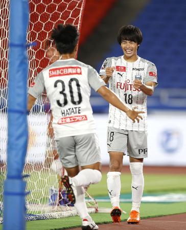 横浜M―川崎 後半、ゴールを決め笑顔の川崎・三笘(右)=日産スタジアム