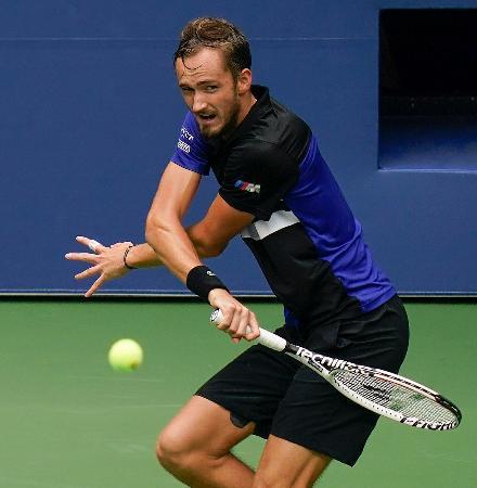 男子シングルス準々決勝でショットを放つダニル・メドベージェフ=ニューヨーク(AP=共同)